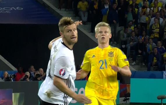 gif-乌克兰门将长传造险 穆斯塔菲头球回传险乌龙