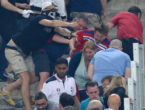 英球迷被攻击