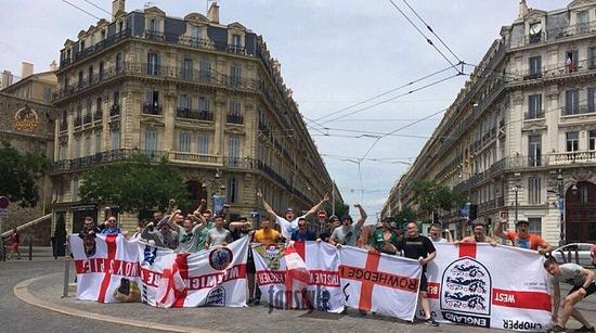 法国街头被足球流氓占领