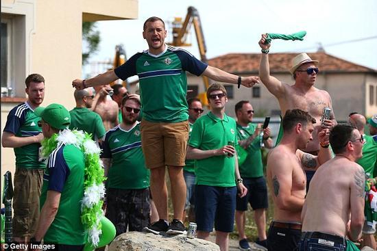 赛前,在尼斯街头痛饮的北爱尔兰球迷