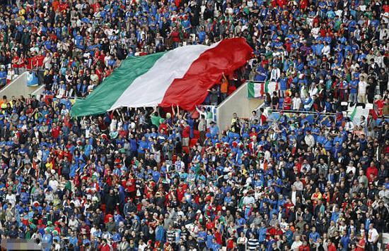 意大利球迷传递巨幅国旗