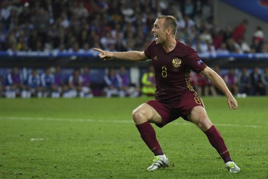 格卢沙科夫庆祝进球