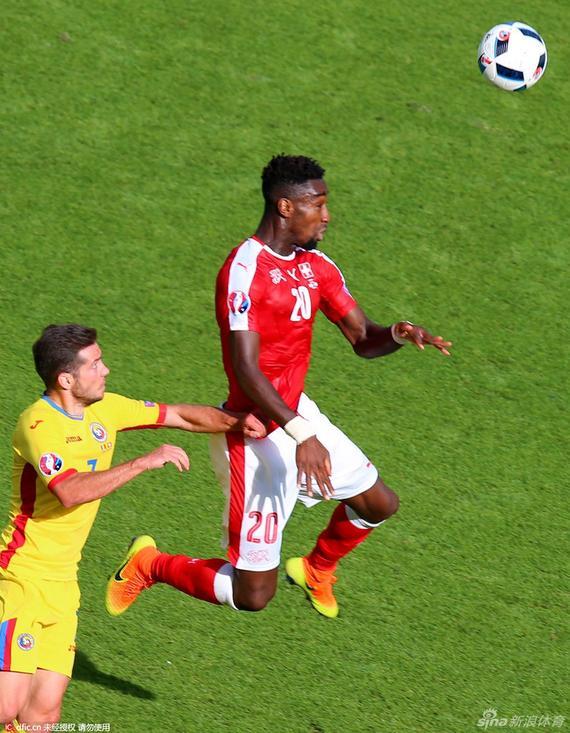 gif-罗马尼亚连续传中 朱鲁解围险进自家球门