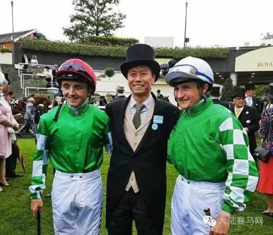 马主张月胜和两位身穿玉龙彩衣的骑师在皇家阿斯科特赛马场(图:张月胜提供)