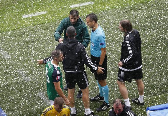 欧洲杯奇景!冰雹如枪林弹雨 裁判吹停比赛|gif