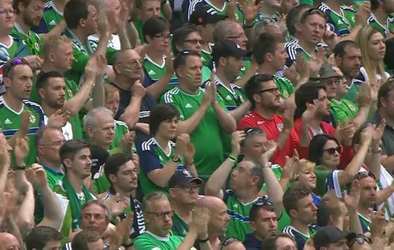 gif-全场球迷起立鼓掌 纪念意外坠亡北爱尔兰球迷