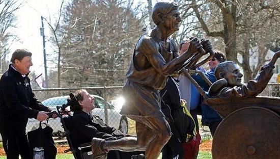 波士顿马拉松有一尊 Team Hoyt 组合的真人比例大小的铜像。这尊铜像讲述了当时74岁的父亲推着52岁的脑瘫儿子跑马的故事。时间回到儿子迪克出生时,因为意外导致大脑缺氧受损,无法与正常人一样生活。迪克15岁时候,父亲推着他完成了两人的首场跑步比赛。从那以后,父子二人经常参加各种跑步比赛截止2013年,Team Hoyt 已经完成了252场耐力赛,包括6场铁人三项比赛,70场马拉松,94场半程马拉松以及155场5公里比赛。而他们马拉松的最好成绩是2小时40分钟47秒。   快递员爸爸推儿子跑马
