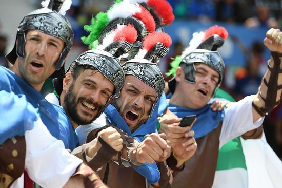 角斗士扮相的意大利球迷