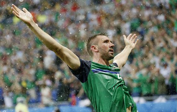 进球gif-北爱尔兰任意球制导 麦考利冲顶破僵局