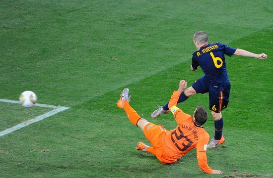 伊涅斯塔在2010年世界杯决赛上加时赛下半场绝杀荷兰