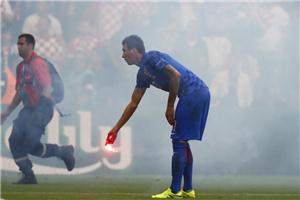 欧洲杯首因骚乱中断比赛 大爆竹炸倒场内人!
