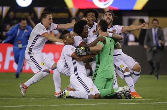 哥伦比亚队员庆祝点球晋级