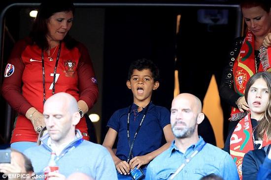 刚度过6岁生日的C罗儿子看台观战