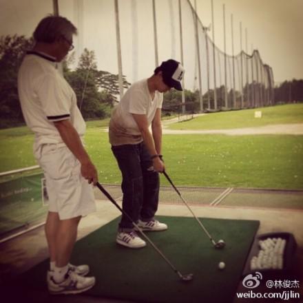 和老爸一同打高��夫