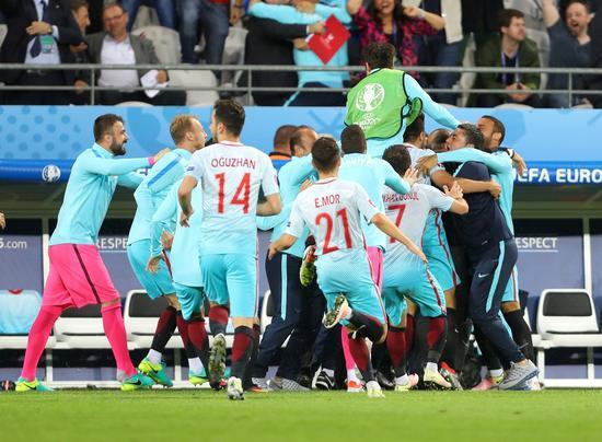 图凡进球后与队友庆祝