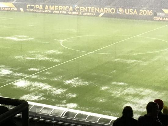 比赛场地遭到暴雨侵袭