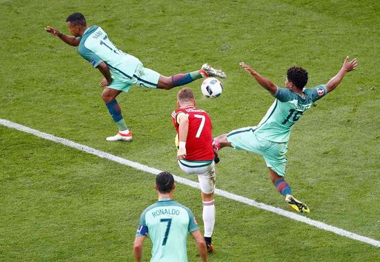 欧洲杯-C罗生死战2球+助攻 葡萄牙3度扳平出线