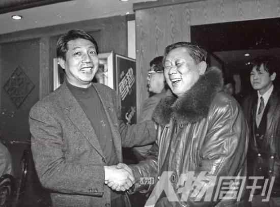 1995年2月10日,浦东足球俱乐部成立,徐根宝 (左) 祝贺王后军。徐根宝说:申花俱乐部成立时王后军来祝贺我,所以,今天我也要来祝贺王指导
