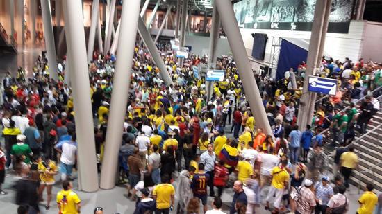部分球迷聚集在体育场大堂躲避