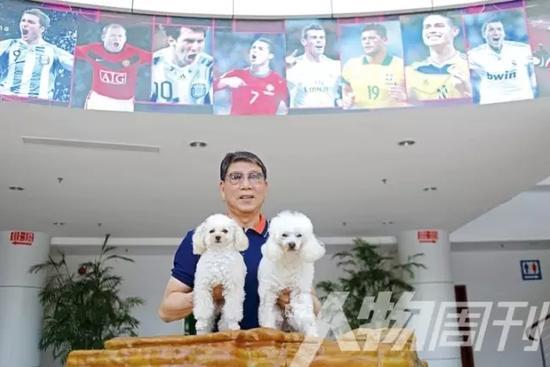 2016年5月4日,上海崇明岛,徐根宝抱着两只取名为曼联和巴萨的贵宾犬 图本刊记者/方迎忠