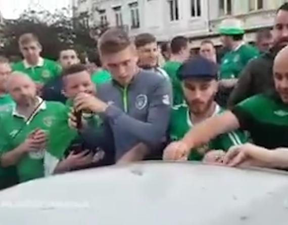 视频-有爱爱尔兰!球迷踩坏车顶 集体歌唱给车塞钱