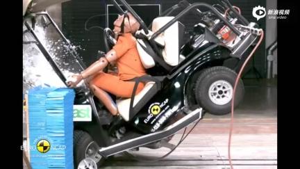 吓人!高尔夫球车撞击