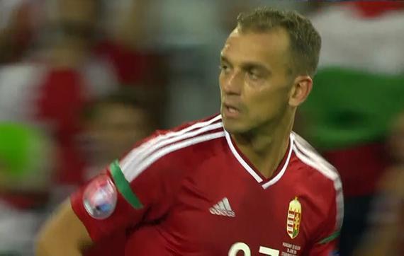 gif-匈牙利定位球险扳平 铁卫小角度抽射滑门而过