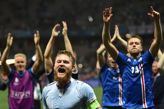 国际足球 2016法国欧洲杯 > 正文     淘汰英格兰赛后,冰岛的球员与