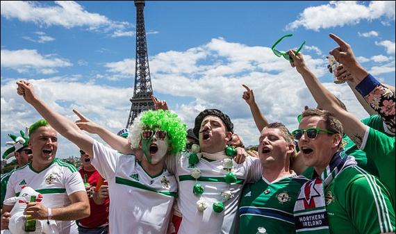 有爱!欧洲杯球迷文明观球获赞 巴黎政府颁奖章