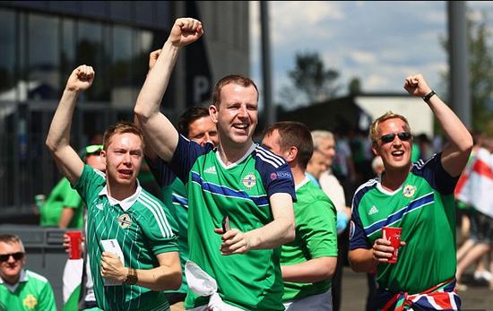 北爱尔兰球迷欢庆球队1-0击败乌克兰