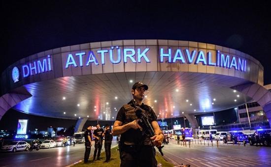 土耳其机场外实枪荷弹的警察