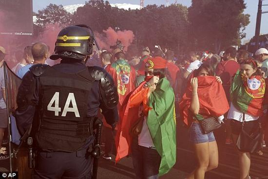 赛前,球迷在球场外施放烟火