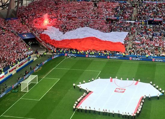 波兰球迷展示巨幅国旗