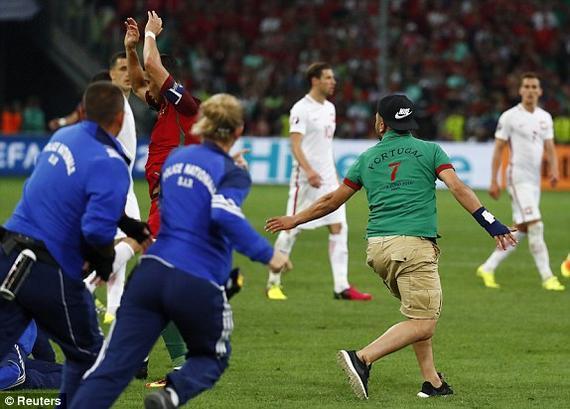 欧足联宣布指控葡萄牙波兰 球迷冲场C罗惹祸