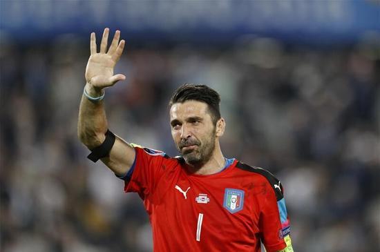 布冯挥手致意,告别自己的欧洲杯生涯