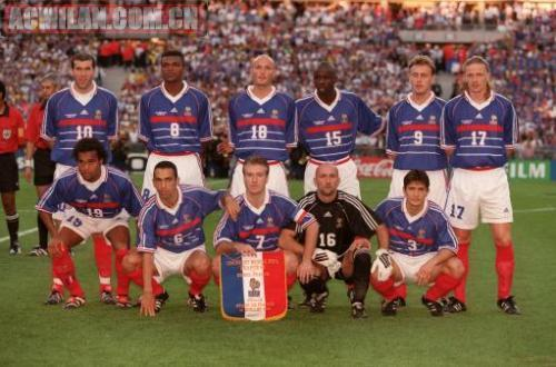 1998年法国队在家门口夺取世界杯冠军,德尚(下排居中)是当时的队长