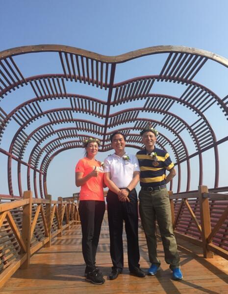 盘锦市姜冰市长与英陶国际体育赛事管理(北京)有限公司两位创始人亲切合影,并在心形景观前合影,表示对英陶国际本次合作的信心和诚心。