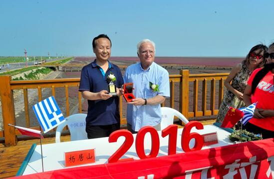 盘锦马拉松组委会与雅典马拉松组委会互换赛事完赛奖牌作为纪念