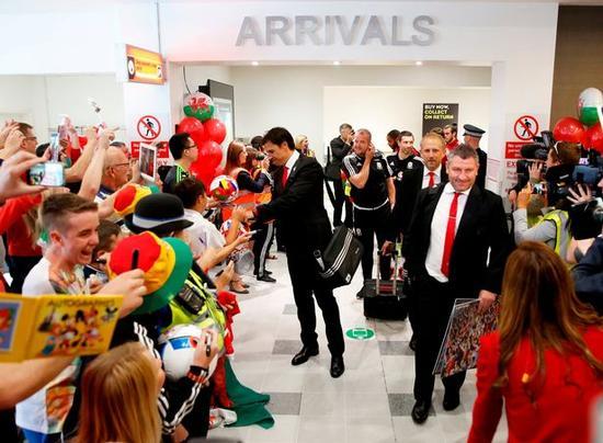 威尔士球迷在机场欢迎众将