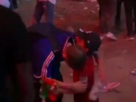 暖!葡萄牙小童安慰法国球迷 互相拥抱:别哭了
