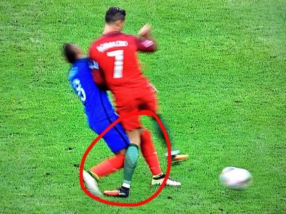 冲撞C罗元凶下场 葡萄牙球迷狂嘘 法国球迷鼓掌