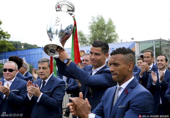 葡萄牙回国游行庆祝夺冠 霸道总裁C罗又回来了