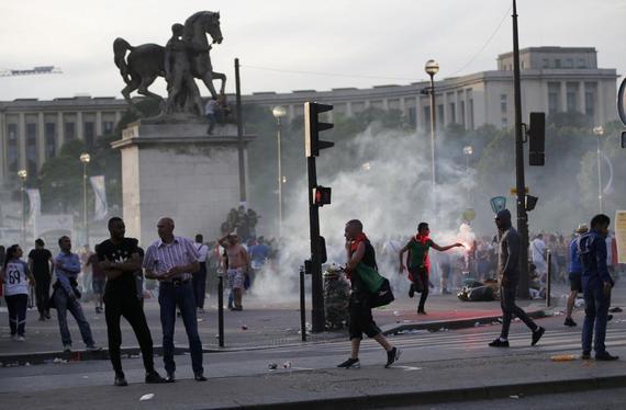 决赛场外发生球迷骚乱!催泪瓦斯+多处着火|图
