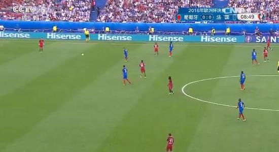 开场,法国队逼抢很凶