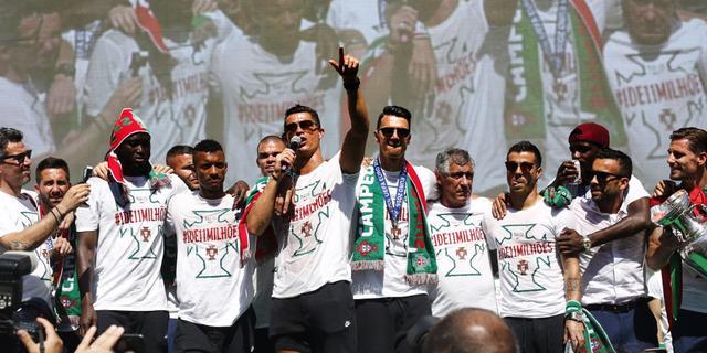 葡萄牙回国办庆典 C罗激情献唱