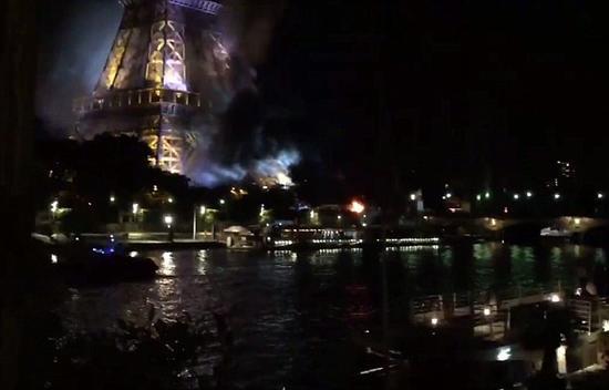 火光笼罩埃菲尔铁塔