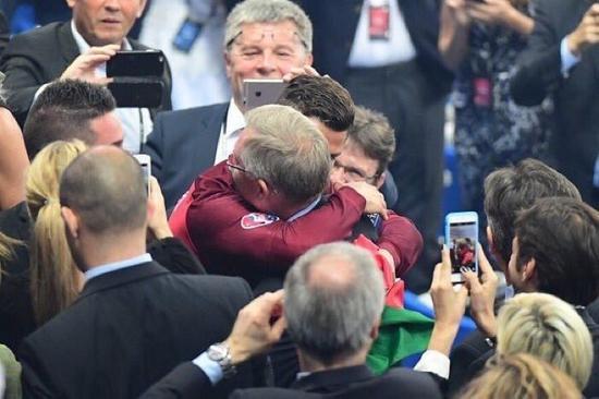 C罗与弗格森拥抱