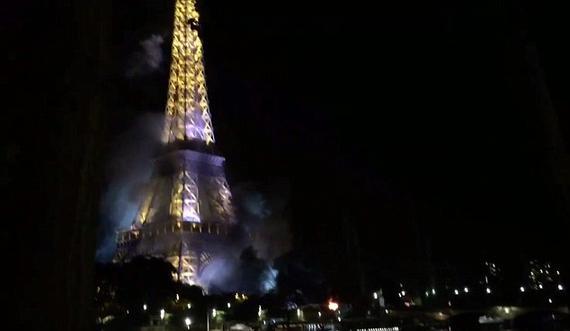 法国埃菲尔铁塔边火灾!浓烟火光笼罩铁塔(图)