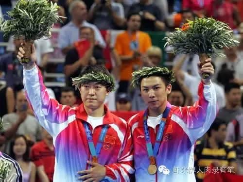 与马琳一道摘得2004雅典奥运男双冠军的陈玘(右一)