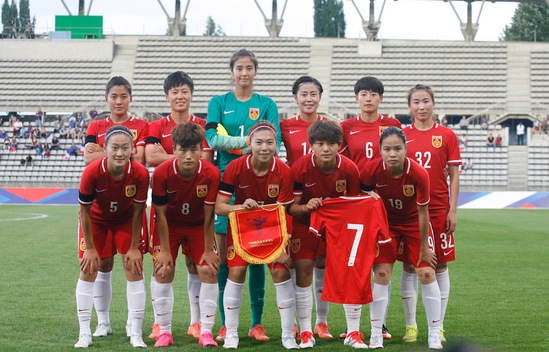 中国女足战法国赛前暖心一幕